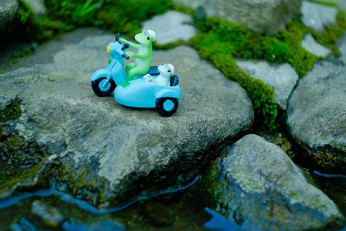 ツバキアキラが撮ったカエルのコポー。水辺をサイドカーで走る、コポタロウとコポミ。