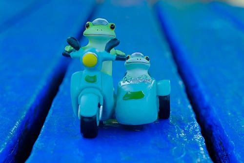 ツバキアキラが撮ったカエルのコポー。青いベンチの上をサイドカーで走る、コポタロウとコポミ。