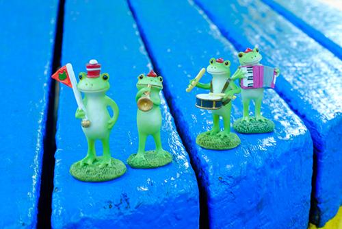 ツバキアキラが撮ったカエルのコポー。青いベンチのステージで演奏するコポタロウ楽団。