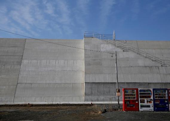 東日本大震災後に建設された岩手・陸前高田の12.5m巨大防潮堤、「牢屋にいる感じ」と時間の経過とともに批判的な声