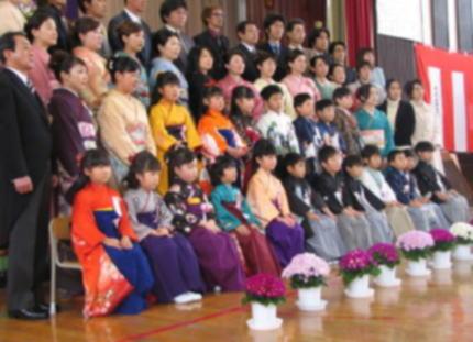 女子学生のはかま姿での卒業式、最近では小学校の卒業式でも人気 … 「着られない子のことを考えて!」と自粛を呼びかけ