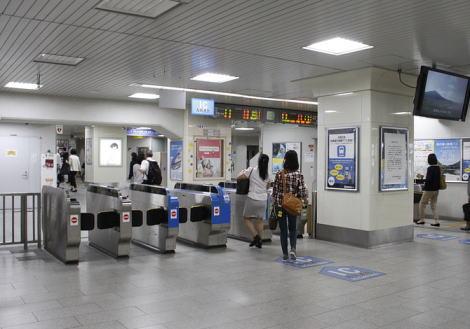 「セカイヲカエルモノ」と名乗りJR六甲道駅構内に爆破予告のメモを置いた中3子生徒(15)、保護観察処分に … 「コノエキバクハツスル」とのメモが見つかる直前にトイレに出入りする男子生徒の姿が防犯カメラに記録
