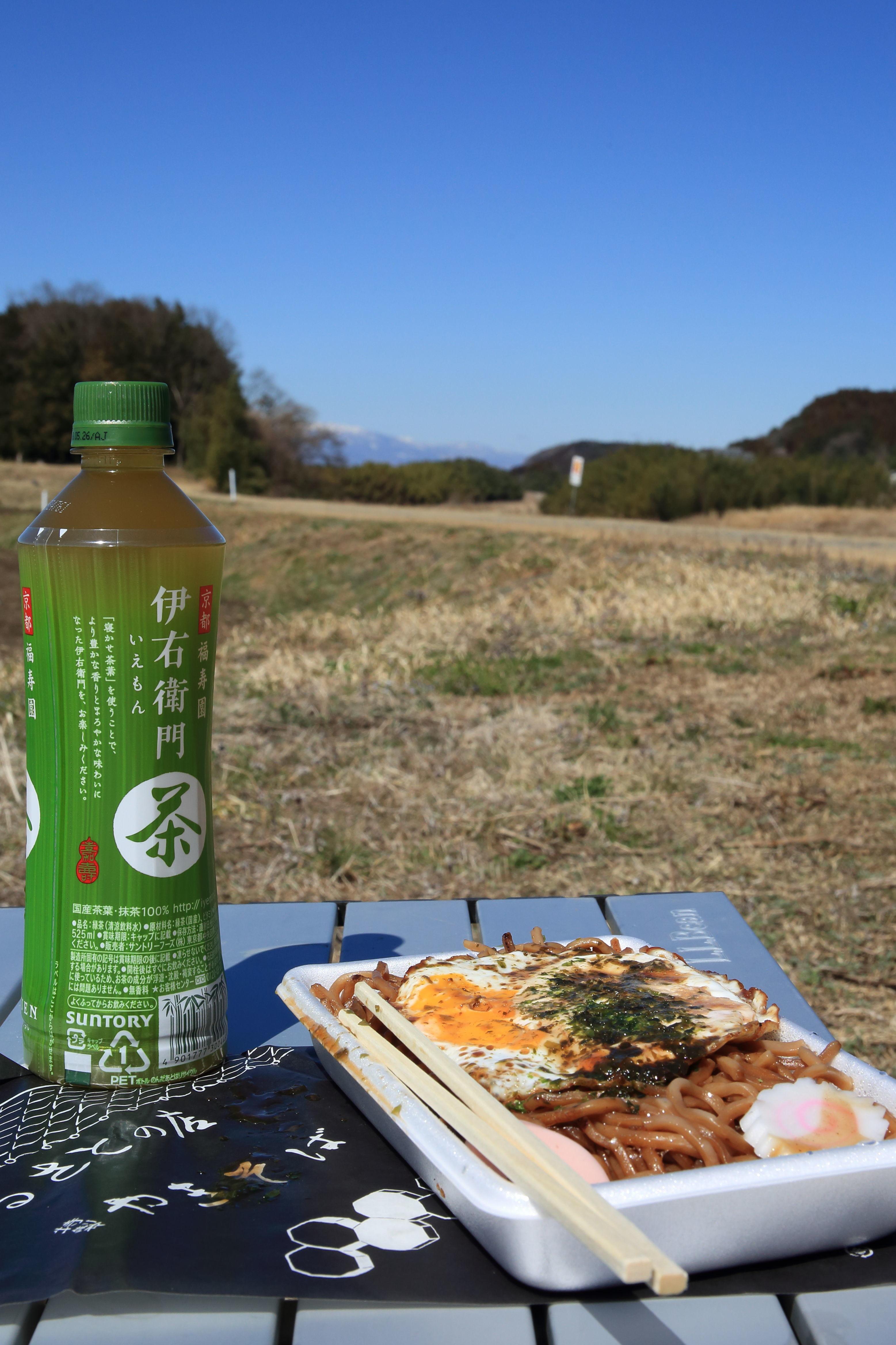 野の中で弁当代わりの焼きそばを食す.JPG