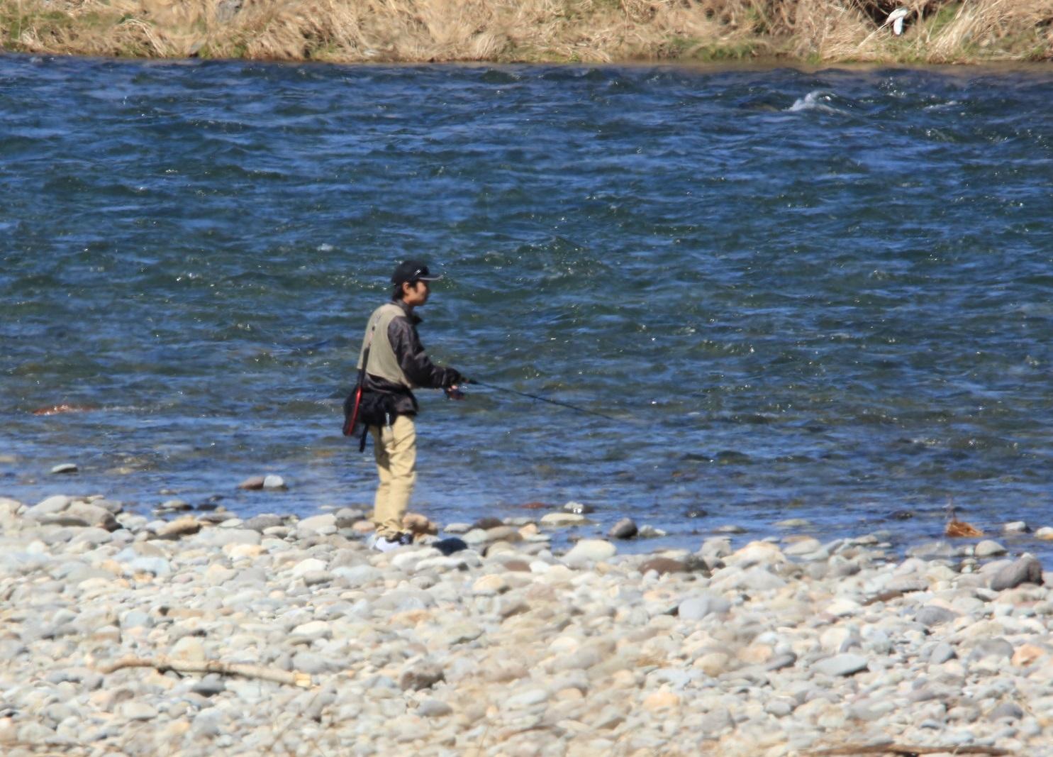 ブログ 河原には釣り人が.jpg