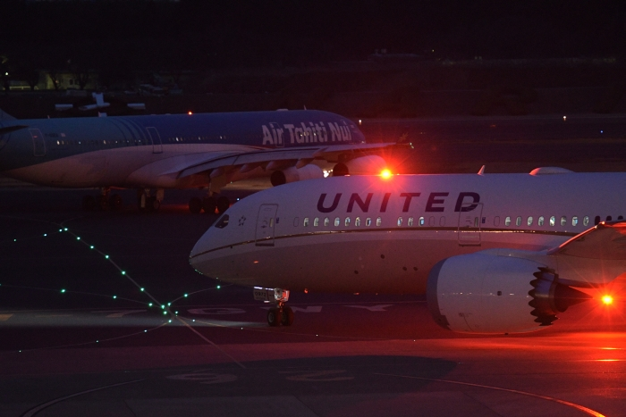 夜の成田空港