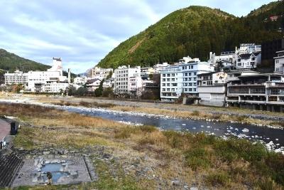 河原の露天風呂に人影