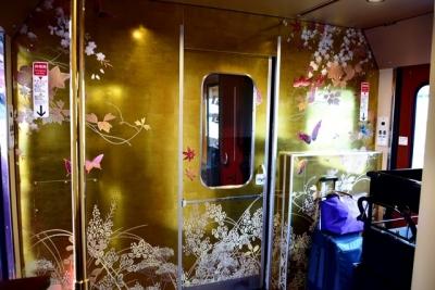 2号車デッキは金沢金箔装飾 花嫁のれん号