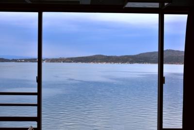 部屋の窓から七尾湾と能登島が望める
