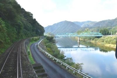 明塚駅を発車すると江の川沿いを走行