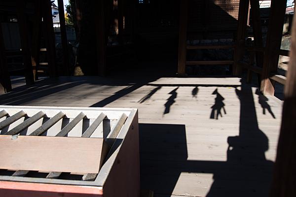 八幡社児子社拝殿内の光と影