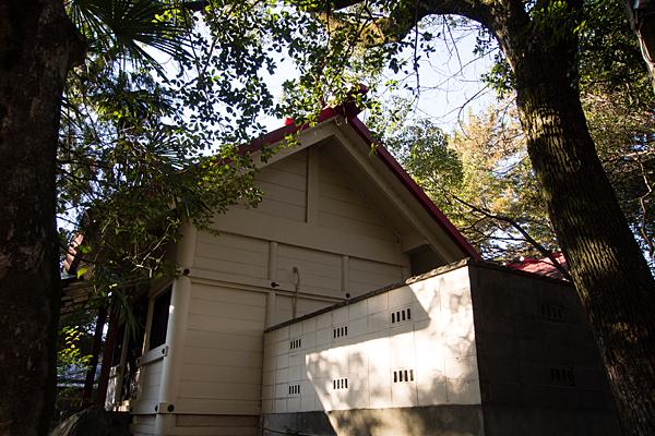 別小江神社拝殿と本殿を横から