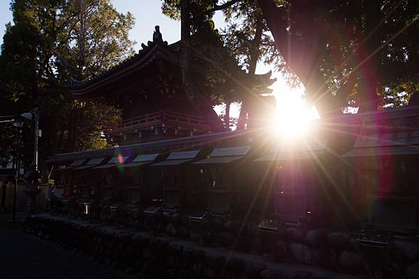 味鋺神社境内社と夕日
