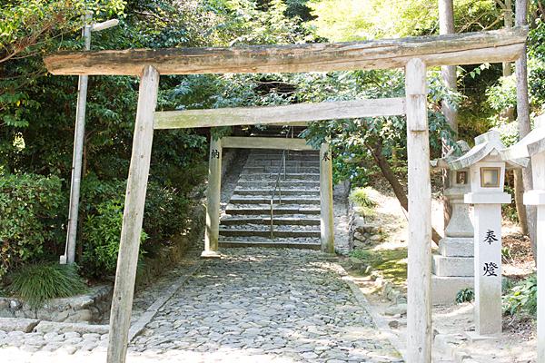 加佐登神社木製鳥居と参道