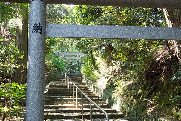 加佐登神社鳥居と石段