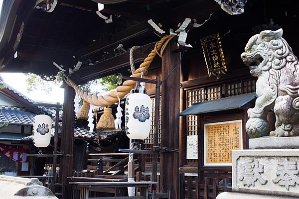 本土神社拝殿前