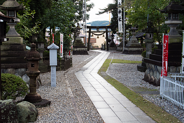 本土神社拝殿から見る境内