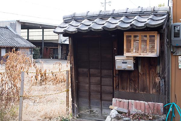 犬山城下空き家の入り口と神棚