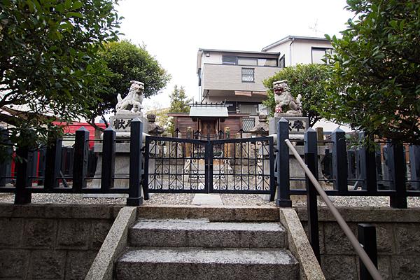 豊郷神社本社前