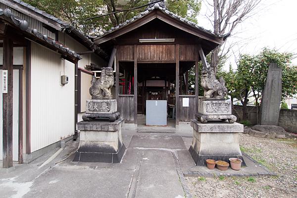 豊若宮八幡社拝殿前