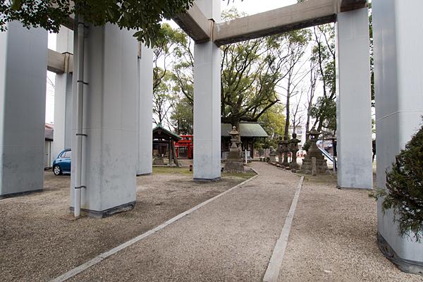 御替地神明社新幹線高架の脚