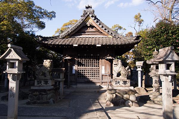 源兵衛須佐之男神社拝殿と灯籠
