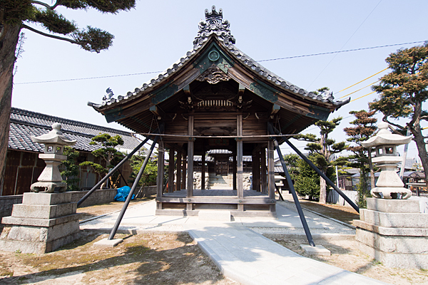 平中町八幡社拝殿前