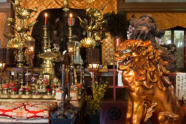 桃厳寺お堂の中の仏壇