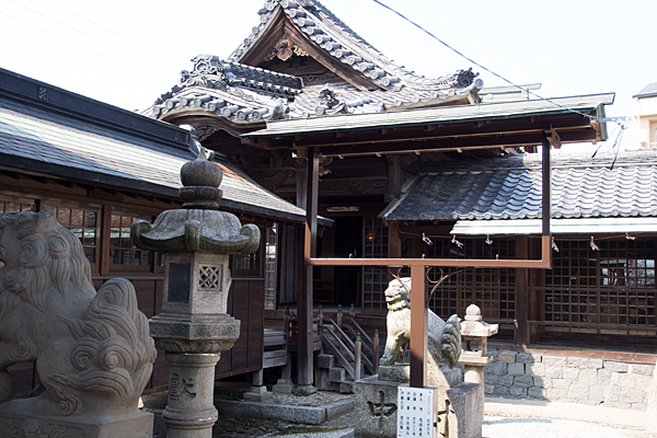 上小田井星神社社殿横から