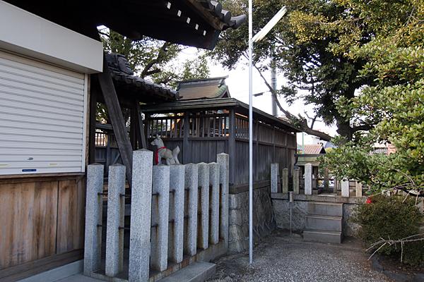 ハノ割稲荷神社社殿横から