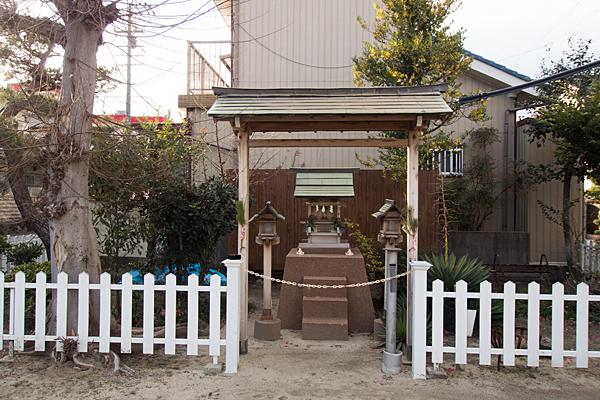 白水神社本社前