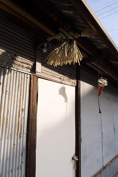 白水神社倉庫と注連縄