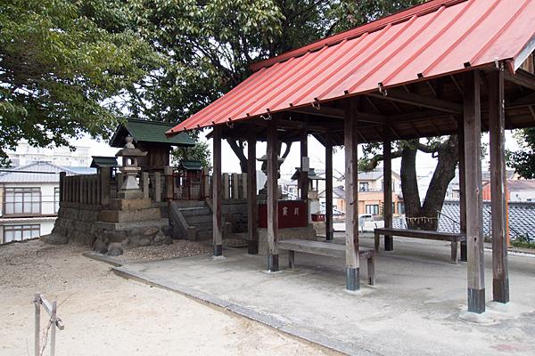 鳥栖神明社社殿横から