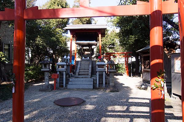 鹿島稲荷神社社殿を見る