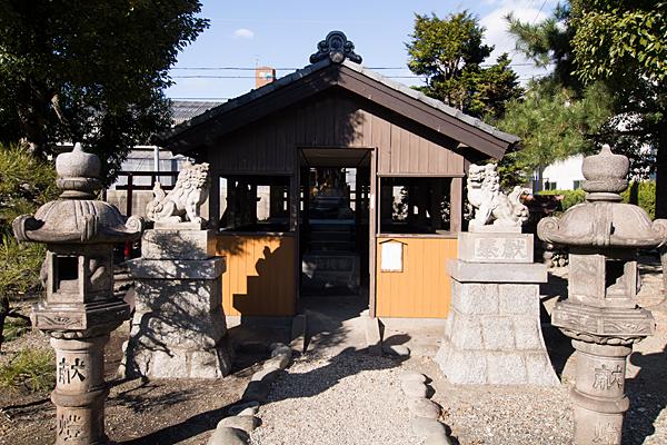 要町八幡神社灯籠と狛犬と拝殿