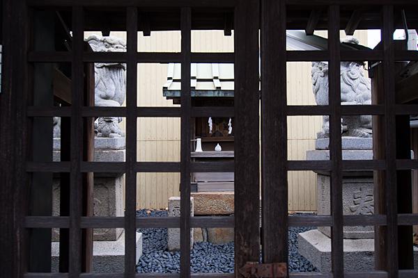 松城町3秋葉神社扉から本社を見る