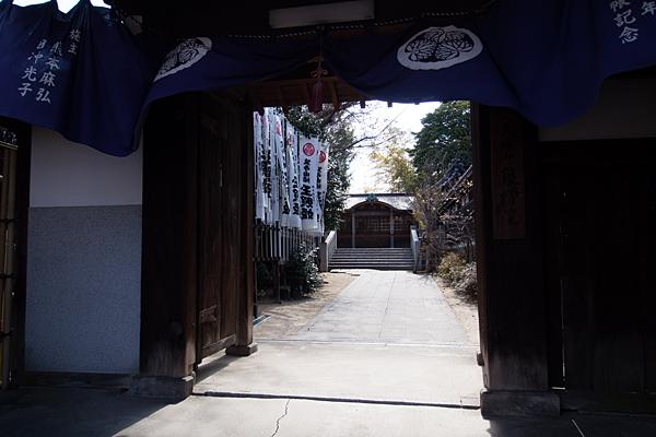 泉増院門から見える不動堂