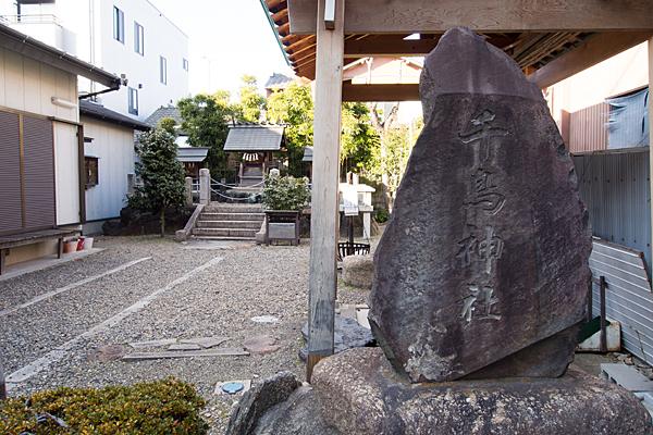 千鳥神社社号標と境内
