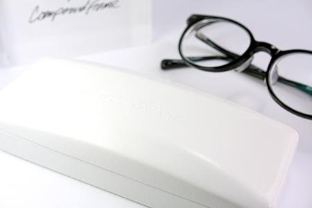 One/Three Compound Frame 印象の良いめがね 白いケース
