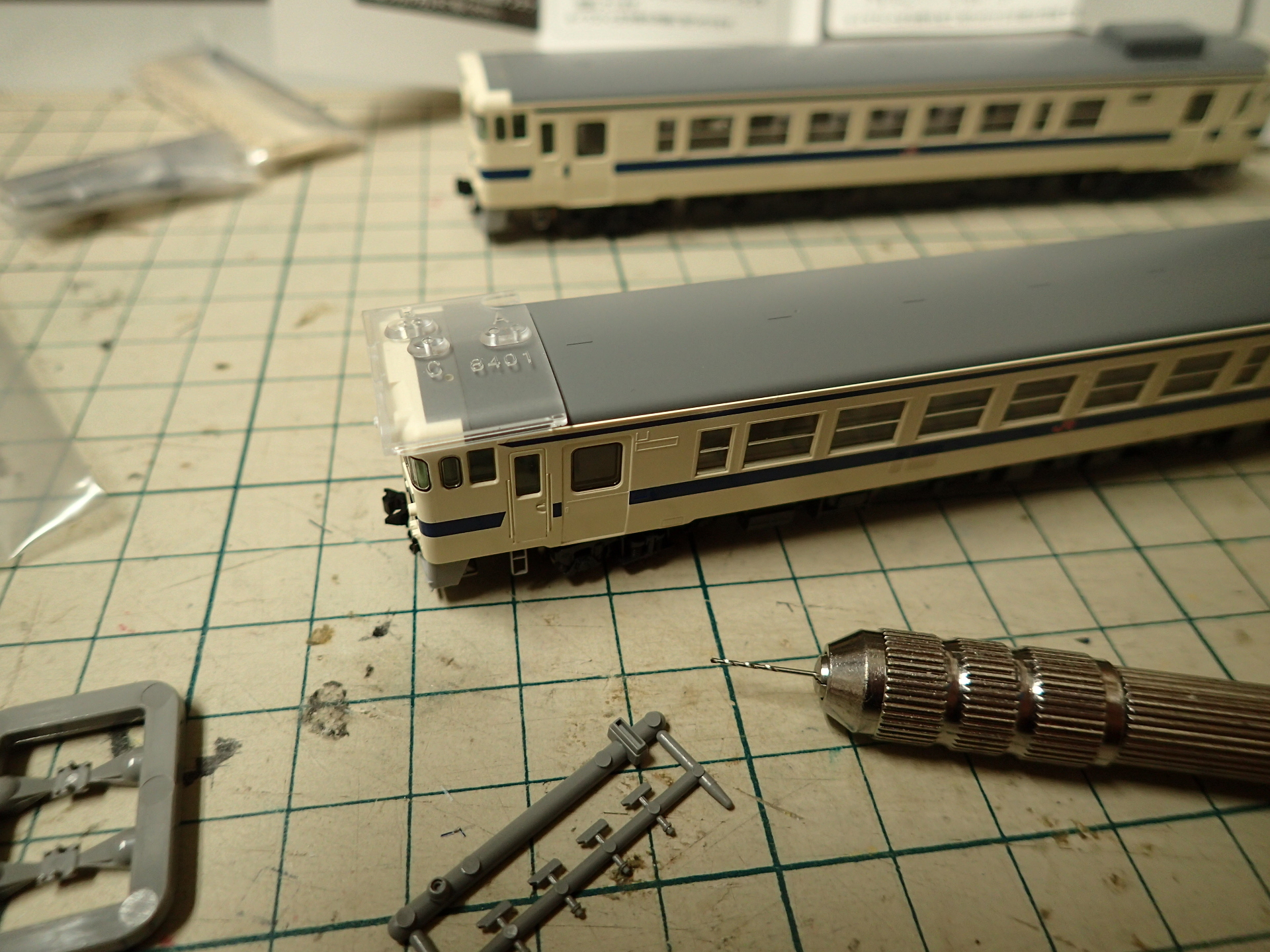 列車無線アンテナは信号炎管より先に取り付けます。