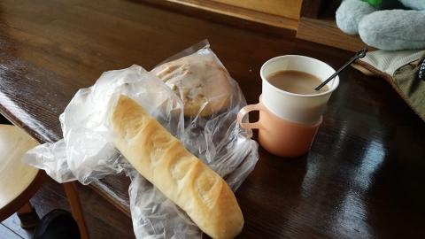 ミルクパンとゴボウパンを購入、100円でミルクティを買いました(インスタント)。