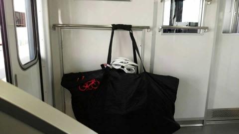 川越市で準急に乗り換え先頭車両に輪行袋を取り付けました。