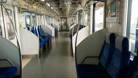 準急はガラガラ!青い電車でなんか昭和っぽい外環なのですが、中は最新、なんとフライング東上号という車両でした。
