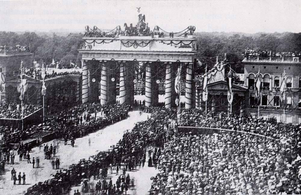 普仏戦争の勝利を祝福する装飾がなされたブランデンブルク門と凱旋するプロシア軍(1871年)
