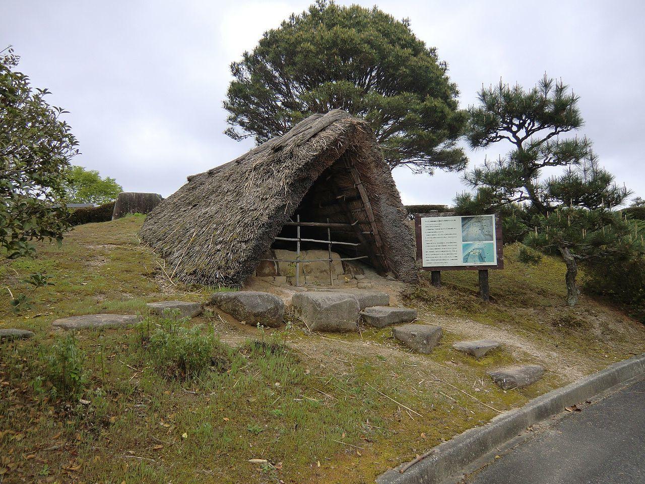 広島県立みよし風土記の丘に移築復元された戸の丸山製鉄遺跡(古墳時代後期)の製鉄炉。