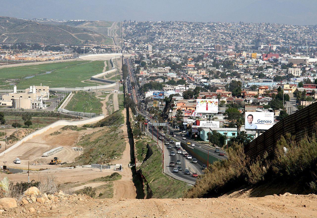アメリカとメキシコの国境沿い。右はティフアナで左がサンディエゴ。