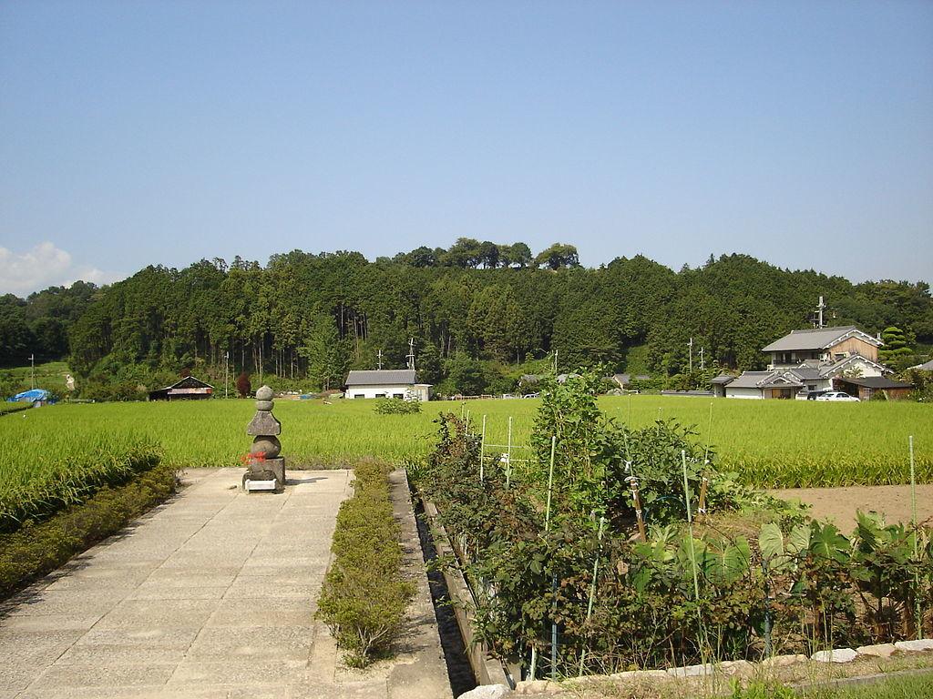 蘇我入鹿首塚と甘樫丘(2005年9月撮影)