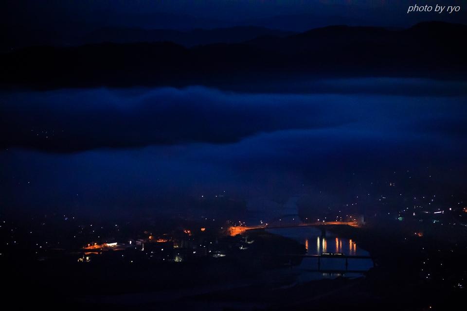 朝霧の街を行く