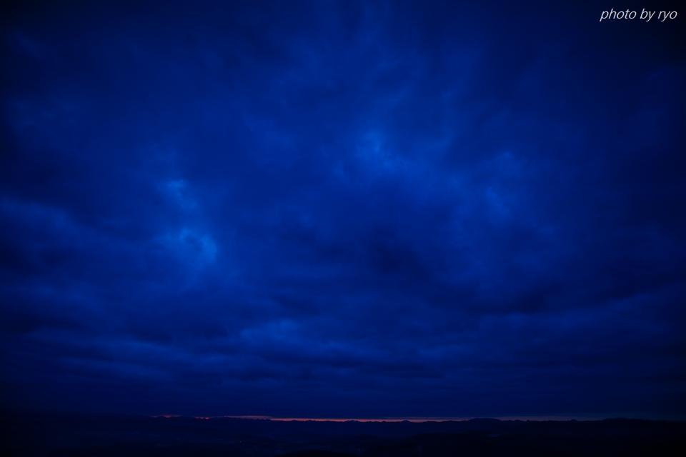 雲と稜線の隙間に