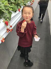 【写真】ゆづきちゃんがいちごを持って満面の笑顔で振り向いたところ