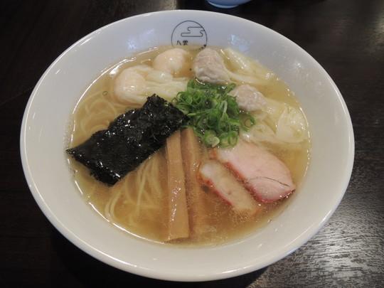 特製ワンタン麺(ハーフ 肉、エビ、2つずつ)白だし(900円)